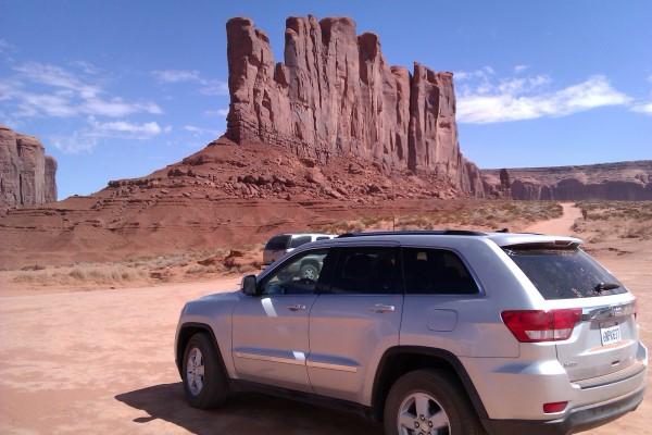 Nuestro coche y al fondo el Camel Butte
