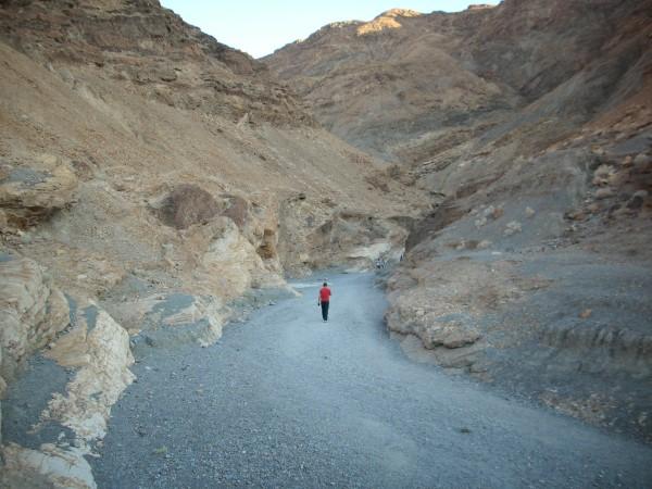 Camino de tierra antes de llegar al Mosaic Canyon
