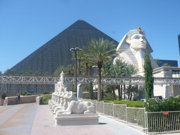 El hotel Luxor y su esfinge