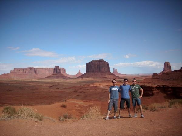 Los 3 vaqueros. Al fondo el Merrick Butte y el Sentinel Mesa entre otro