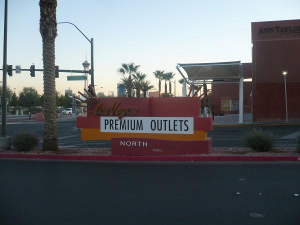 En los Outlets del Norte de Las Vegas. Al fondo el Stratosphere