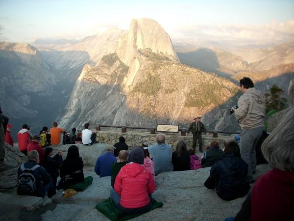 Ranger del parque dando explicaciones sobre Yosemite