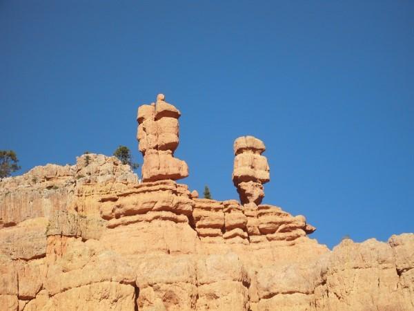 2 hoodoos con forma de 2 caras. Red Canyon