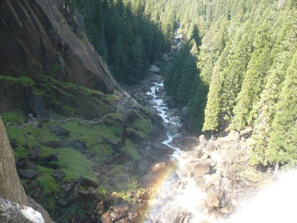 Río Merced, y gente subiendo h asta la cima de Vernal Falls