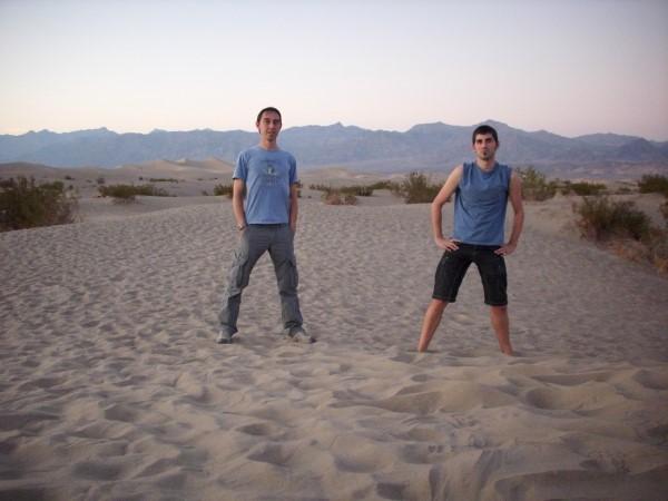 Posando en las dunas, tras una larga jornada