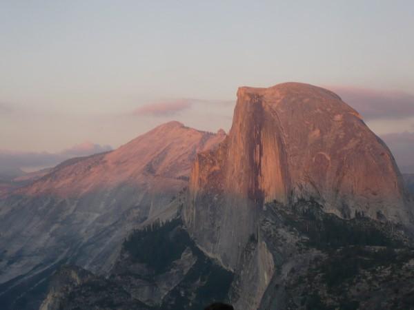 El Half Dome cambia de colores durante el atardecer