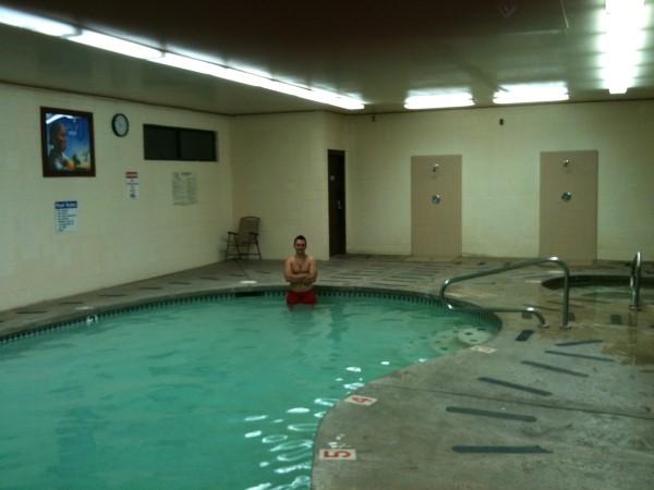 Merecido descanso en la piscina del camping