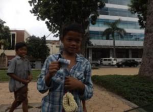 Niños se acercan al taxi en cada parada