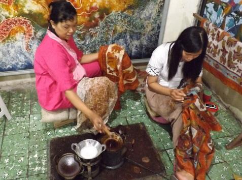 Mujeres practicando el arte Batik