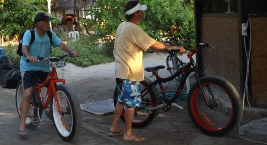 Bicis con ruedas enormes para salvar la arena de la playa