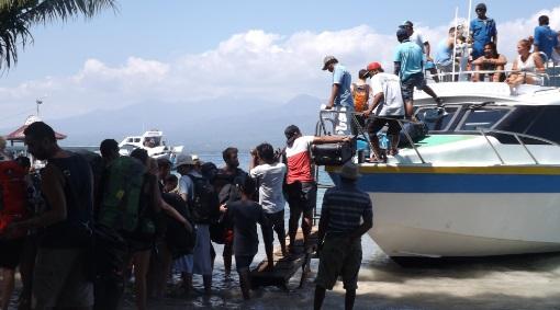 Turistas subiendo a un barco rápido en Gili Air