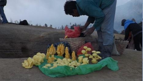 Minero vendiendo figuras de azufre