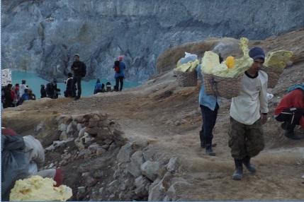 Mineros transportando azufre desde la cima del Ijen