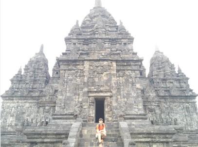 Pensativo en el templo Candi Sewu