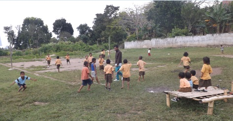Niños jugando en la escuela de Moni