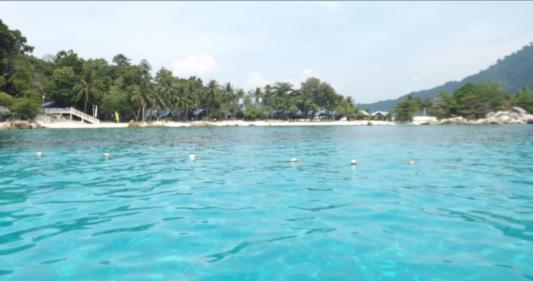 Vistas de la playa de Coral View desde el embarcadero