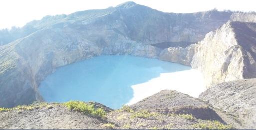 El lago ha cambiado de color con la luz del Sol