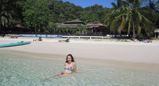 De fondo el Perhentian Island Resort