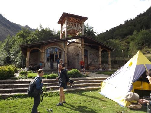 Extraña construcción en nuestro campamento