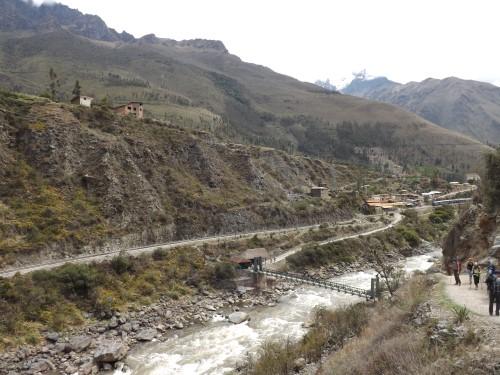 Puente de madera sobre el río Urumba