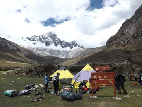 Llegada al camping Taullipampa. Al fondo el nevado Taulliraju