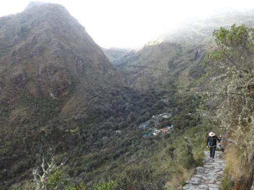 Ascendiendo hacía Runkurakay. Al fondo el campamento Paqaymayu