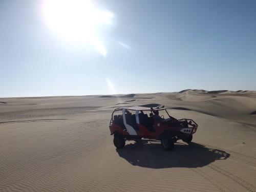 El coche que nos paseaba por las dunas