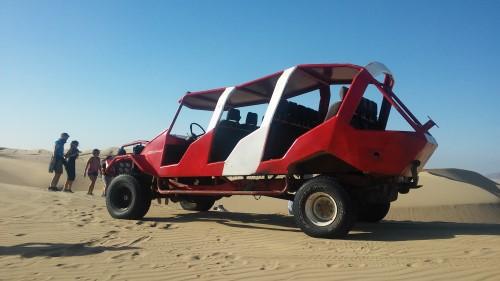 El coche que nos paseaba por las dunas de cerca