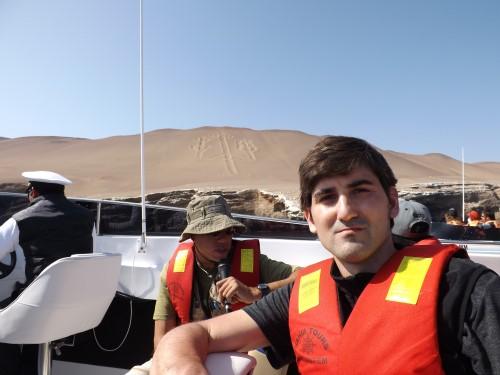 Yo y de fondo el Candelabro de Paracas