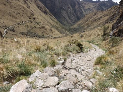Comienza el descenso desde el Paso de Warmiwañusca