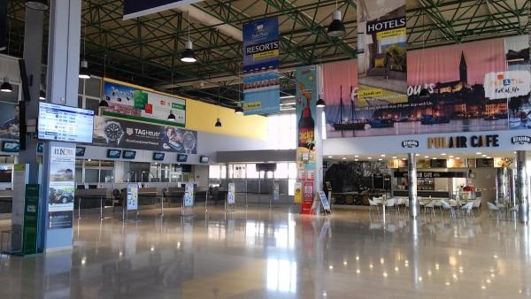 Interior del aeropuerto de Pula