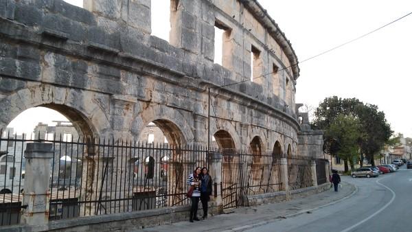 Carmen y Mercedes mientras rodeábamos el anfiteatro