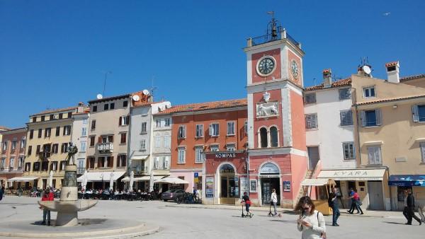 Torre del reloj en la plaza principal