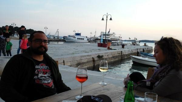 Rodolfo y Martina disfrutando de un vino en el puerto de Fazana
