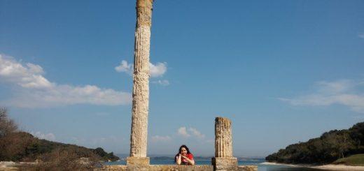 Mercedes posando en las ruinas romanas