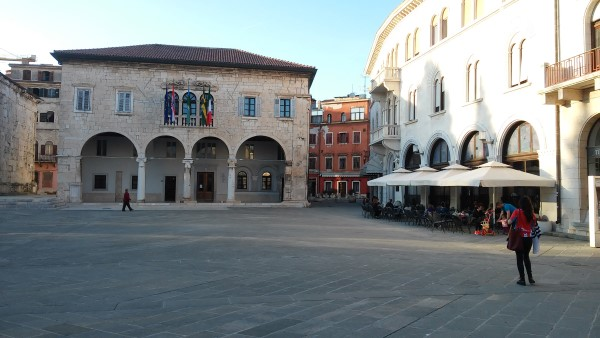 Ayuntamiento de Pula y la plaza donde se encuentra la oficina de información