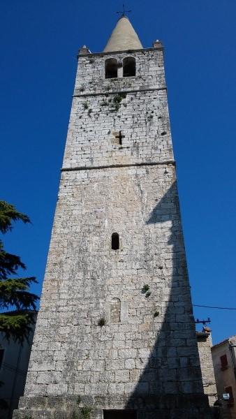 y la torre de la iglesia