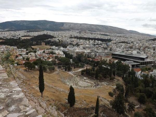 Vista de los Témenos de Dioniso y el Museo al fondo