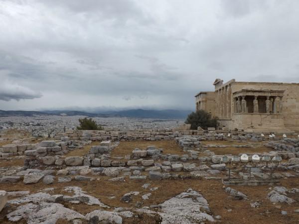 Ruinas del Antiguo Templo de Atenea. Al fondo el Erecteón