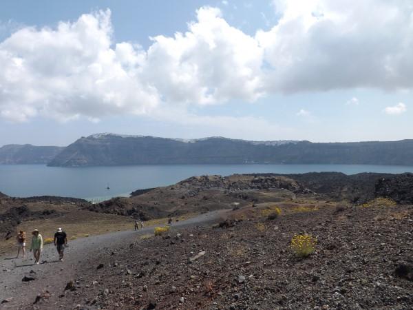 Sendero para subir al cráter del Nea Kameni. Al fondo Thira