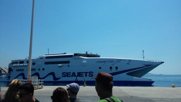 Nuestro ferry de la compañia Seajets llegando al Puerto Nuevo