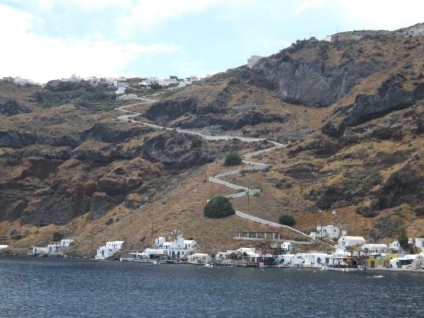 Therassia. El puerto y el pueblo de Manolas en la cima