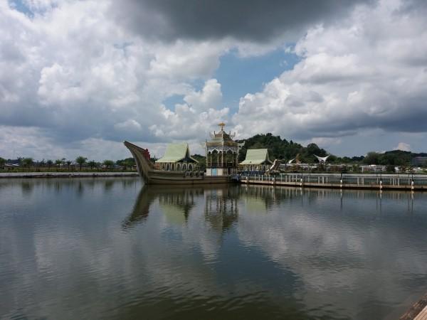 El lago artificial y la réplica del barco